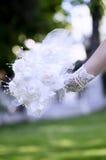Ramo color de rosa del cordón del control de la novia su mano Imagen de archivo