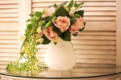 Ramo color de rosa hermoso en el fondo de madera blanco Foto de archivo libre de regalías