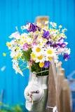Ramo colorido de la flor salvaje en un jarro de leche imagen de archivo