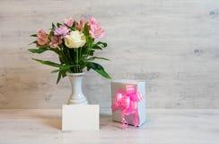 Ramo colorido de la primavera de rosa, de crisantemo y de alstroemeria imagen de archivo libre de regalías
