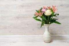 Ramo colorido de la primavera de rosa, de crisantemo y de alstroemeria fotografía de archivo