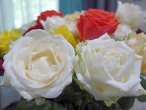 Ramo colorido de la rosa en la tabla fotos de archivo