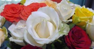 Ramo colorido de la rosa en la tabla foto de archivo