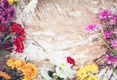 Ramo colorido de las flores en fondo de madera del vintage, Fotos de archivo libres de regalías