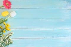 Ramo colorido de las flores en fondo de madera azul Fotografía de archivo