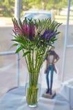 Ramo colorido hermoso de flores en un vidrio fotografía de archivo