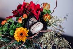 Ramo con diversas flores en la tabla negra en vidrio Imágenes de archivo libres de regalías