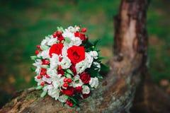 Ramo con las flores blancas y rojas imagenes de archivo