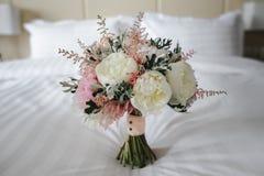Ramo con las flores blancas y rosadas foto de archivo libre de regalías