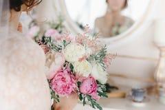 ramo con las flores blancas y rosadas en las manos del ` s de la novia fotografía de archivo libre de regalías