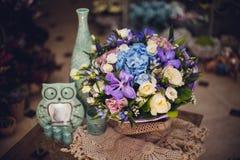 Ramo con las orquídeas púrpuras, rosas azules, flor de la hortensia Imagenes de archivo