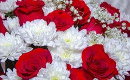 Ramo con las rosas y los crisantemos Fotografía de archivo libre de regalías