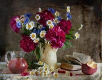 Ramo con los pi-mesones, los corn-flowers y los camomiles Foto de archivo libre de regalías