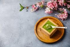 Ramo da sobremesa e do Sakura do Tiramisu de Matcha foto de stock royalty free