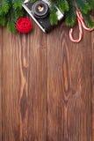 Ramo de árvore do Natal, câmera e bastão de doces Imagem de Stock