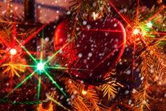 Ramo de árvore do Natal com brinquedos do Natal e festões do ouropel Foto de Stock Royalty Free