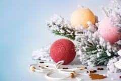 Ramo de árvore do Natal com brinquedos feitos a mão Imagens de Stock
