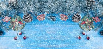 Ramo de árvore em um fundo de madeira azul, decoração do Natal da neve fotografia de stock royalty free