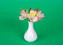 Ramo de alstroemeria en florero imagen de archivo libre de regalías