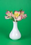 Ramo de alstroemeria en florero imagenes de archivo