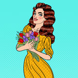 Ramo de Art Young Beautiful Woman Holding del estallido de flores Fotografía de archivo