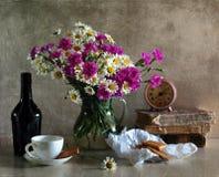 Ramo de camomiles y de claveles Imagen de archivo libre de regalías