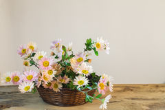 Ramo de claveles rosados delicados en una cesta en un tabl de madera Fotografía de archivo libre de regalías