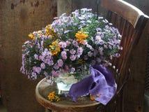 Ramo de colores del otoño en un florero transparente Fotos de archivo