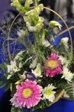 Ramo de crisantemos de las rosas y del gerberas y blancos Imagen de archivo