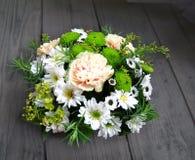 Ramo de crisantemos verdes y blancos en una cesta Imagen de archivo libre de regalías