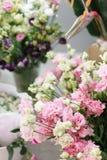 Ramo de eustoma hermoso del color rosado, blanco, verde en florero La primavera florece en la cámara fría de la floristería Fotos de archivo libres de regalías