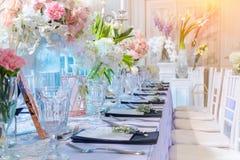 Ramo de flor blanca y rosada en el florero de cristal Imagen de archivo libre de regalías