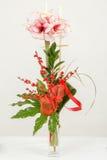 Ramo de flor rosada del lirio en florero en blanco Foto de archivo libre de regalías