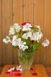 Ramo de flores blancas y de rosas rojas Foto de archivo libre de regalías