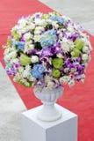 Ramo de flores coloridas en florero de cerámica Fotos de archivo libres de regalías