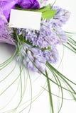 Ramo de flores con la tarjeta blanca en blanco Fotos de archivo libres de regalías