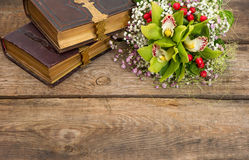 Ramo de flores de la orquídea y de libros viejos Fotografía de archivo libre de regalías