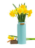 Ramo de flores de los narcisos en florero azul fotografía de archivo