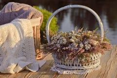 Ramo de flores en cesta y bufanda imagen de archivo libre de regalías