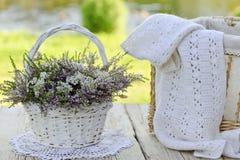 Ramo de flores en cesta y bufanda foto de archivo
