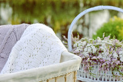 Ramo de flores en cesta y bufanda imágenes de archivo libres de regalías