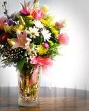 Ramo de flores en el florero de cristal Fotografía de archivo libre de regalías