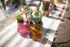Ramo de flores en florero en la tabla Imágenes de archivo libres de regalías