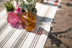 Ramo de flores en florero en la tabla Imagen de archivo