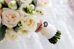 ramo de flores en las manos de la novia fotografía de archivo libre de regalías