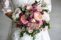 ramo de flores en las manos de la novia imágenes de archivo libres de regalías