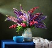 Ramo de flores en un florero Los altramuces Imagen de archivo libre de regalías