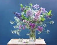 Ramo de flores en un florero transparente Aún-vida Fotografía de archivo libre de regalías
