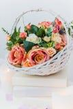 Ramo de flores en una cesta, casandose la decoración, hecha a mano Foto de archivo libre de regalías