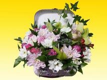 Ramo de flores en una maleta Arreglo de flores del ro Foto de archivo libre de regalías